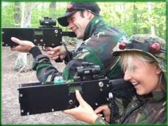 Meespelende volwassenen <br>Crazy Laser Kids